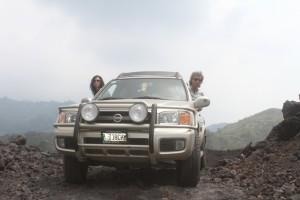 Peter Weilharter, Birgit Knoblauch, Unser Nissan Pathfinder am Fuße des Vulkans Pacaya, Zentralamerika und Südamerika Selbstfahrer und Individualreisende