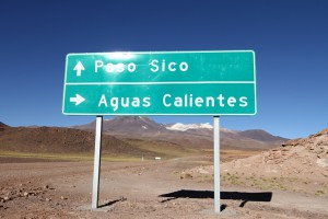 Hinweisschild zu Salar aguas calientes, Ruta 23, Richtung Grenzübergang Paso Sico, Region de Antofagasta, Atacamawüste, Chile