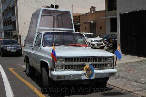 Papamobil vor der Kathedrale von Quito