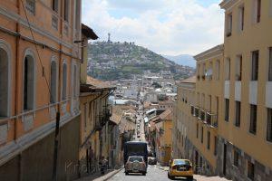 typische Straße in der Altstadt von Quito