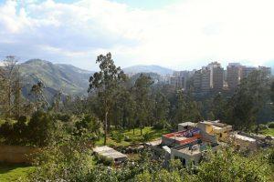 Blick von einer Anhöhe in Quito