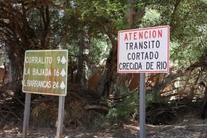 Hinweisschild zur Flußbettdurchfahrt des Rio Calchaqui, RP 44, Cafayate, Argentinien
