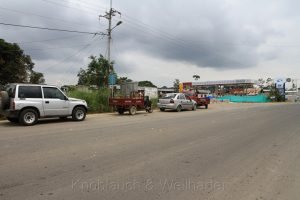 Autoschlange vor einer Tankstelle in der Nähe von San Lorenzo, Ecuador