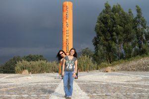 Äquator Denkmal bei Cayambe in Ecuador in der Nähe des Vulkan Cayambe, lat. = geographische Breite. Birgit Knoblauch und Ria-Helen Zühlke