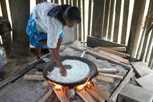 Zubereitung von Juca-Fladen, Cuyabeno, Amazonas, Ecuador