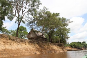 Hütte am Ufer des Rio Yacuma